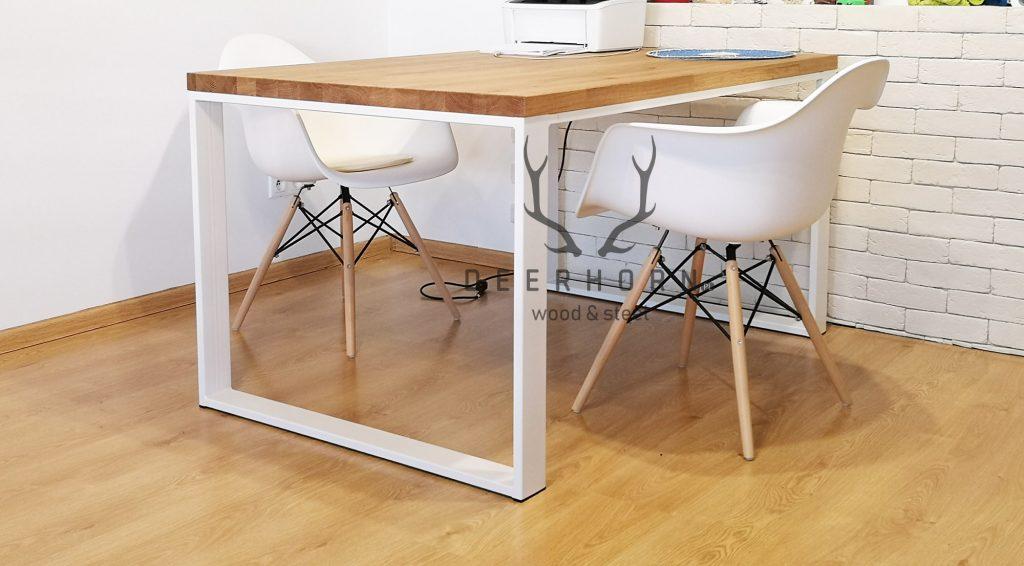 biały stół zdrewnianym blatem
