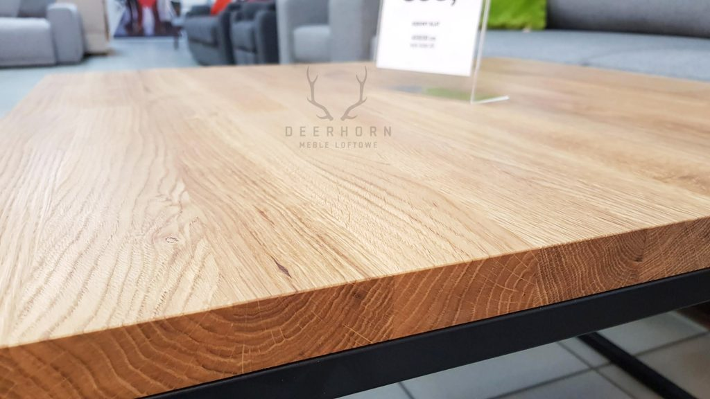stolik kawowy z drewnianym blatem