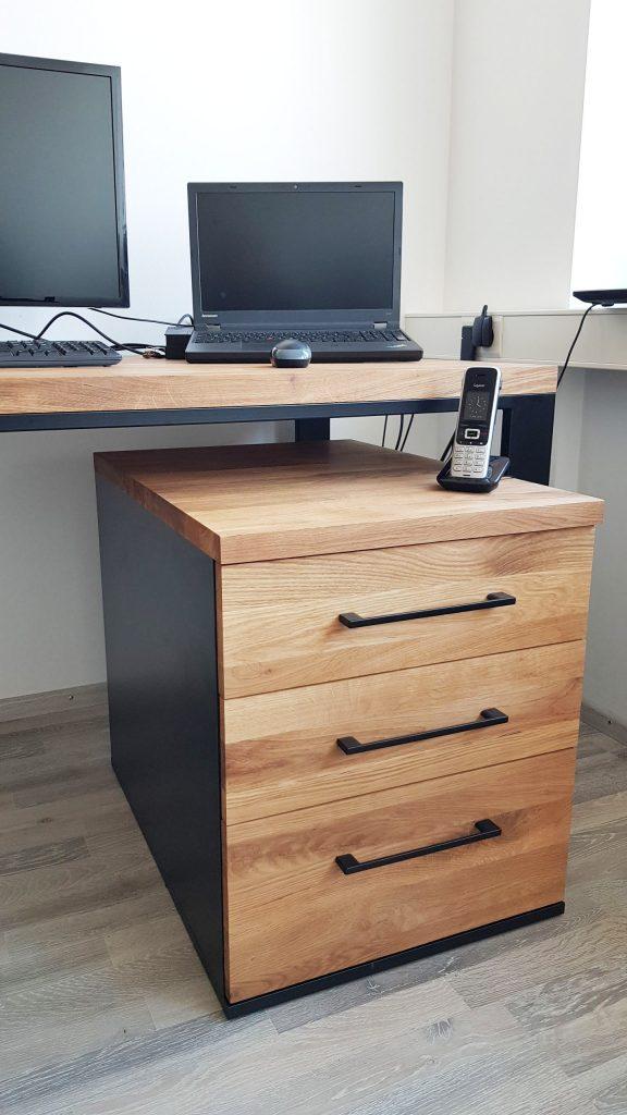 biurko zdębowymi szufladami