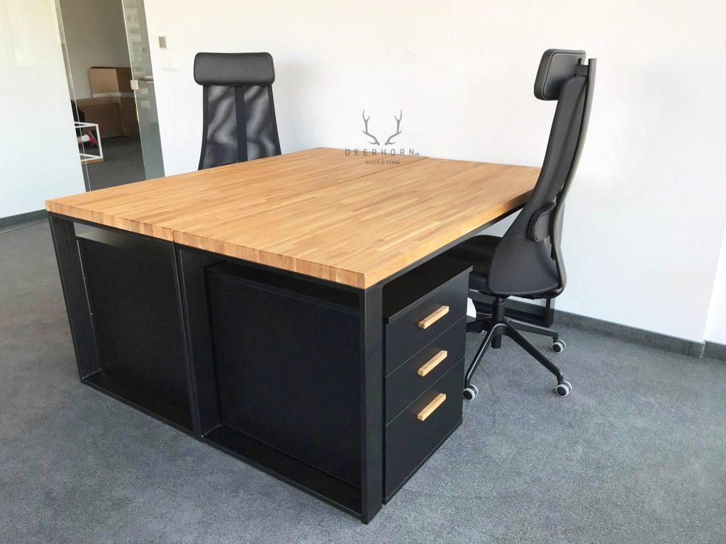 biurka z dębowym blatem