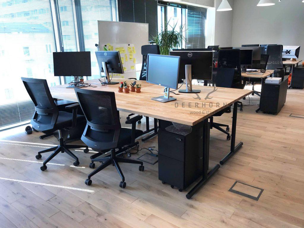 biurka z drewnianym blatem