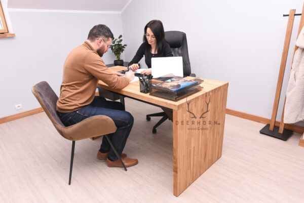 biurko z drewna