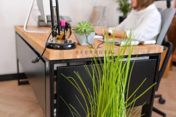 biurko z drewnianym blatem narożne