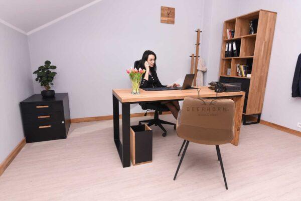 biurko z jedną drewnianą nogą