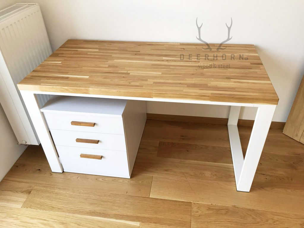 kobiece biurko w białym kolorze