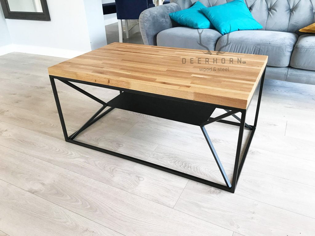 stolik z drewnianym blatem