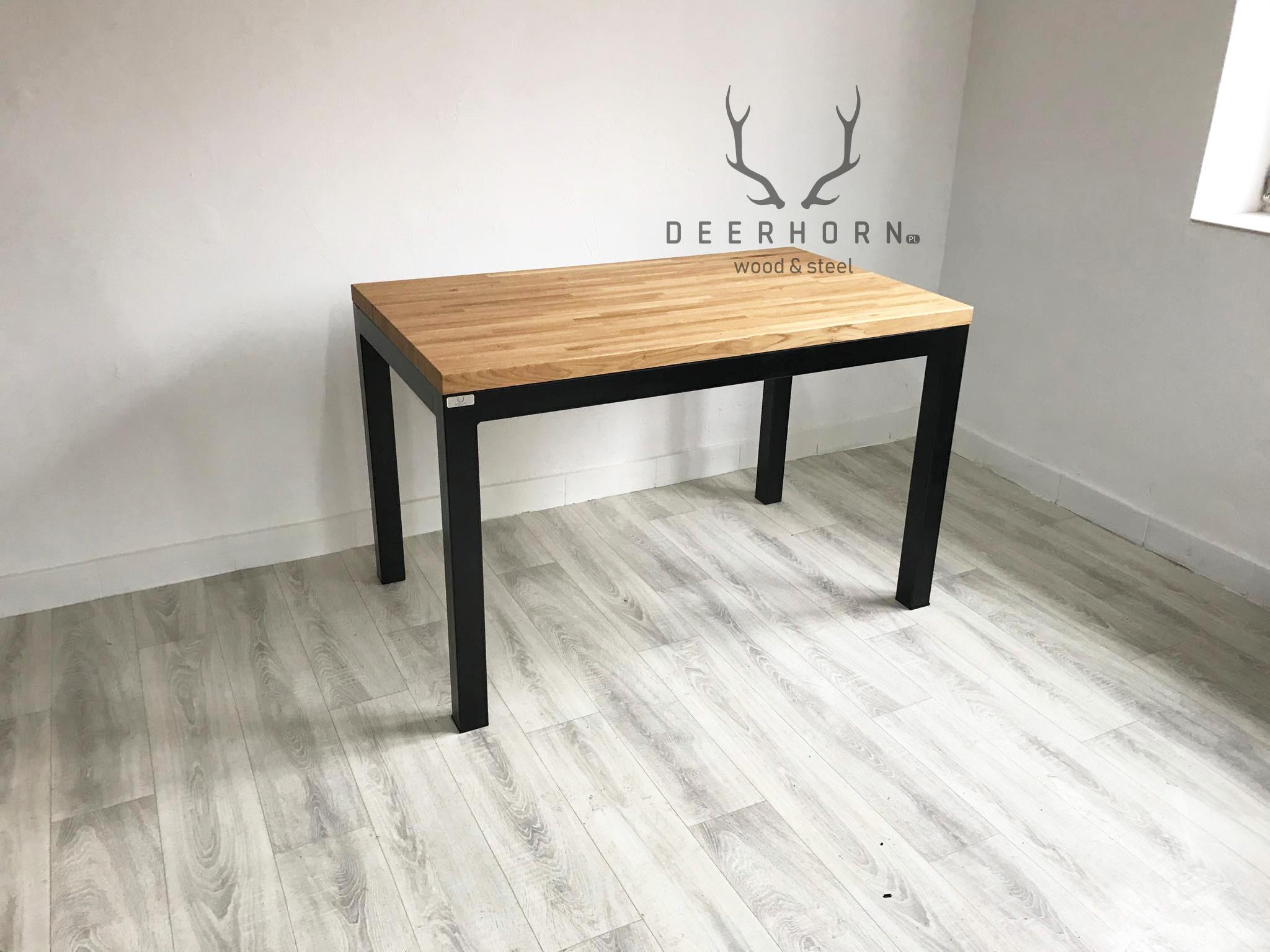 stół z drewnianym batem