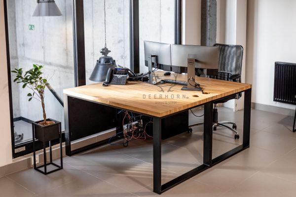 biurka z drewnianymi blatami