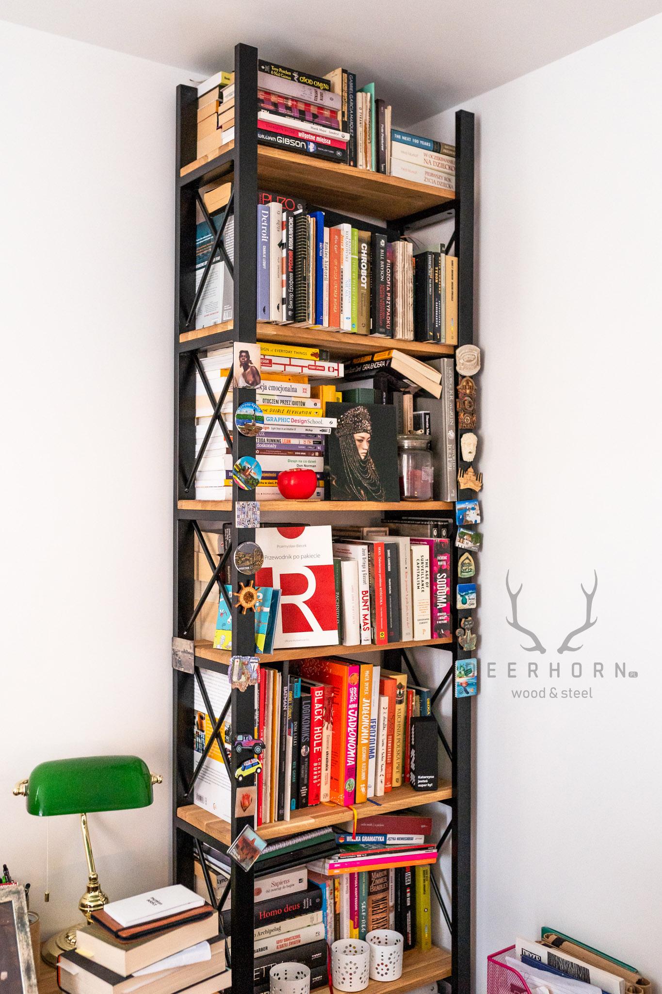 regał na książki z drewna i metalu