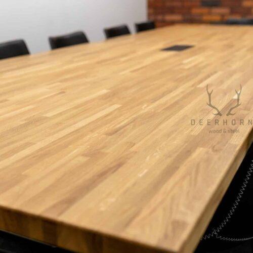 stół zdrewnianym blatem