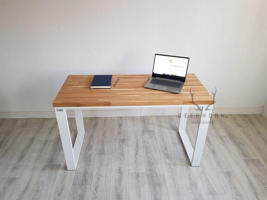 małe biurko z drewnianym blatem