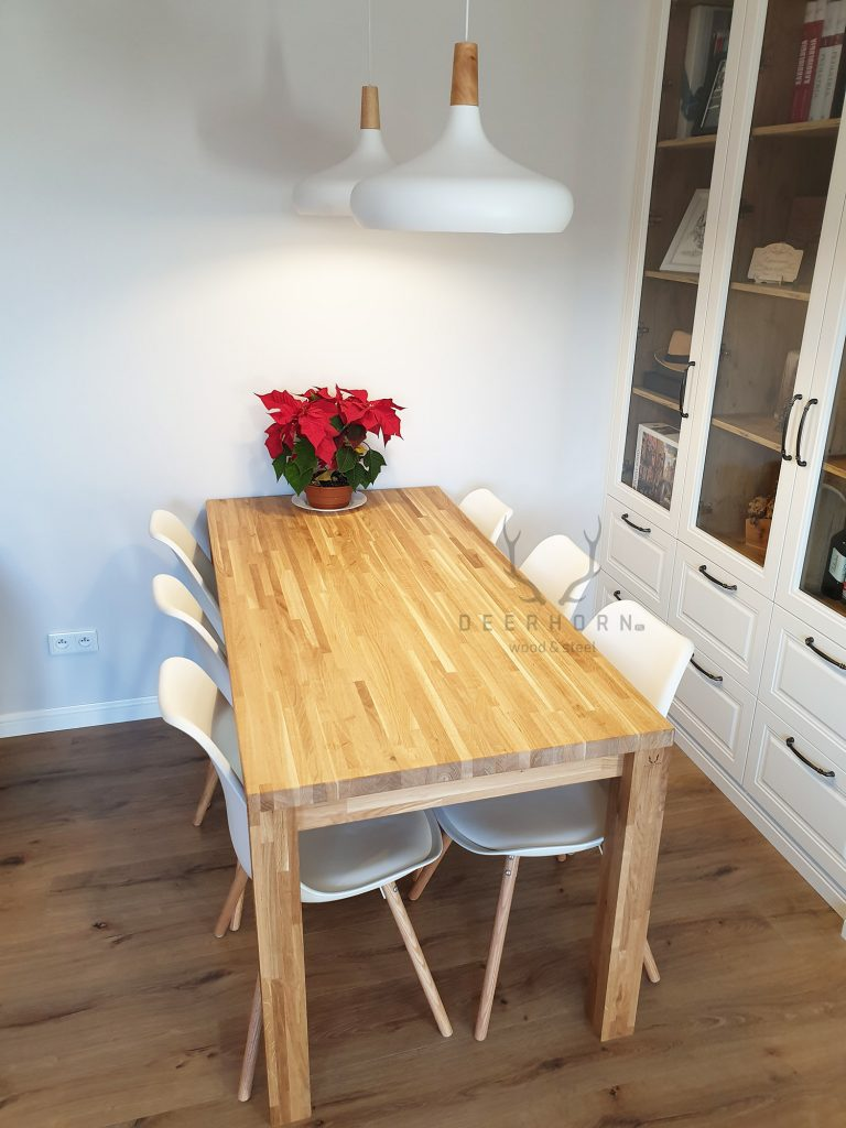 klasyczny stół z drewna