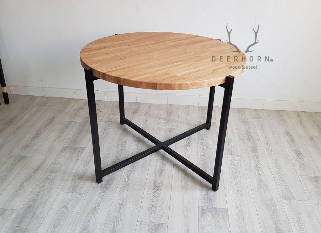 okrągły stół zdrewnianym blatem