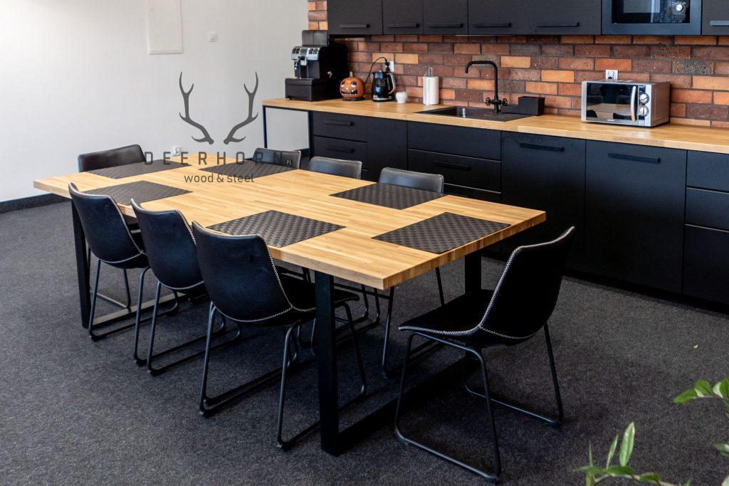 stoły z drewnianymi blatami