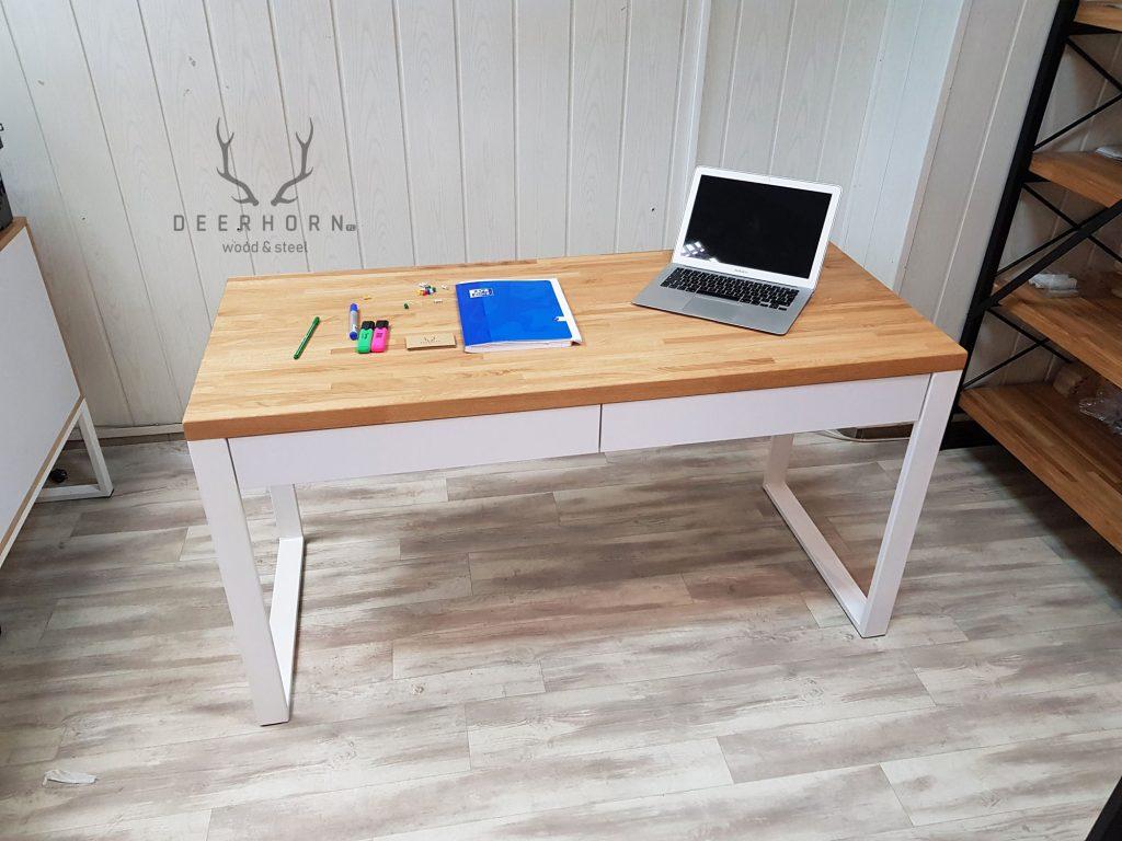 białe biurko zszufladami