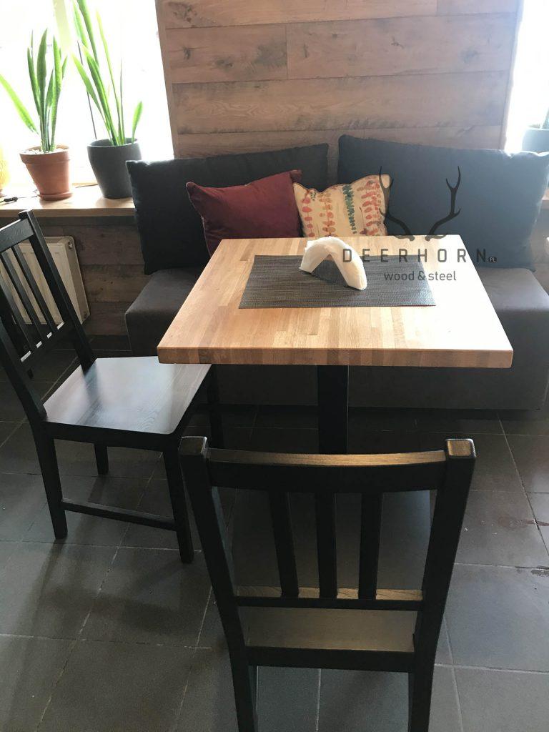 stolik dokawiarni zdrewnianym blatem