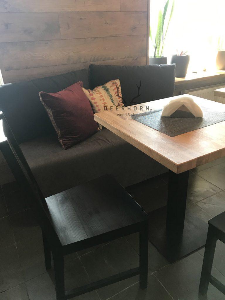 stoliki restauracyjne zdrewnianymi blatami