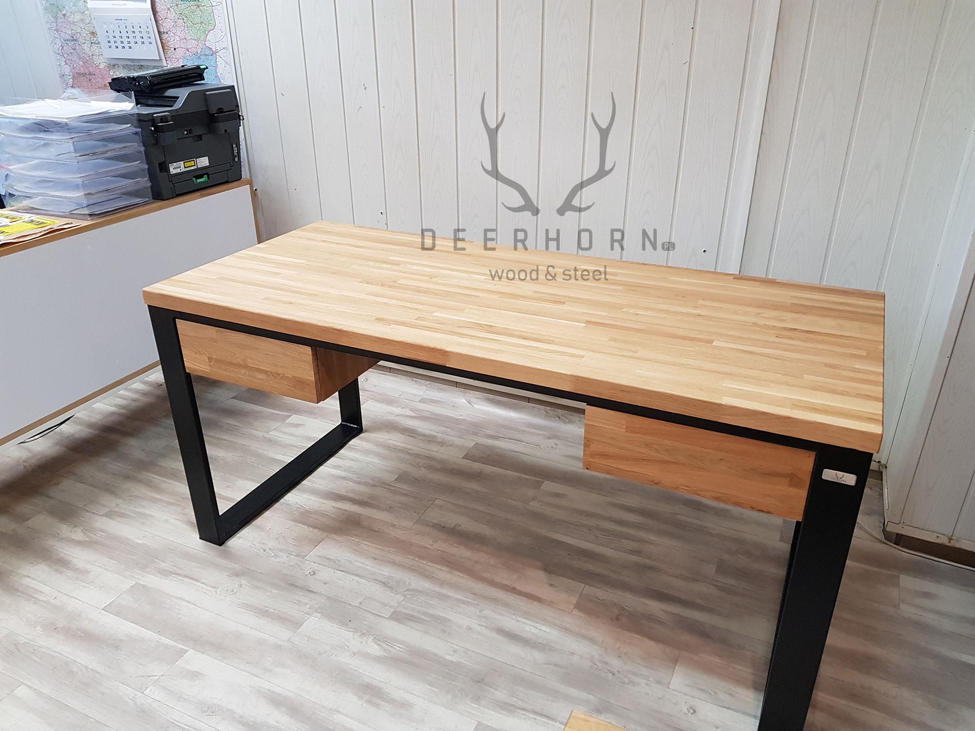 funkcjonalne biurko z drewnianym blatem