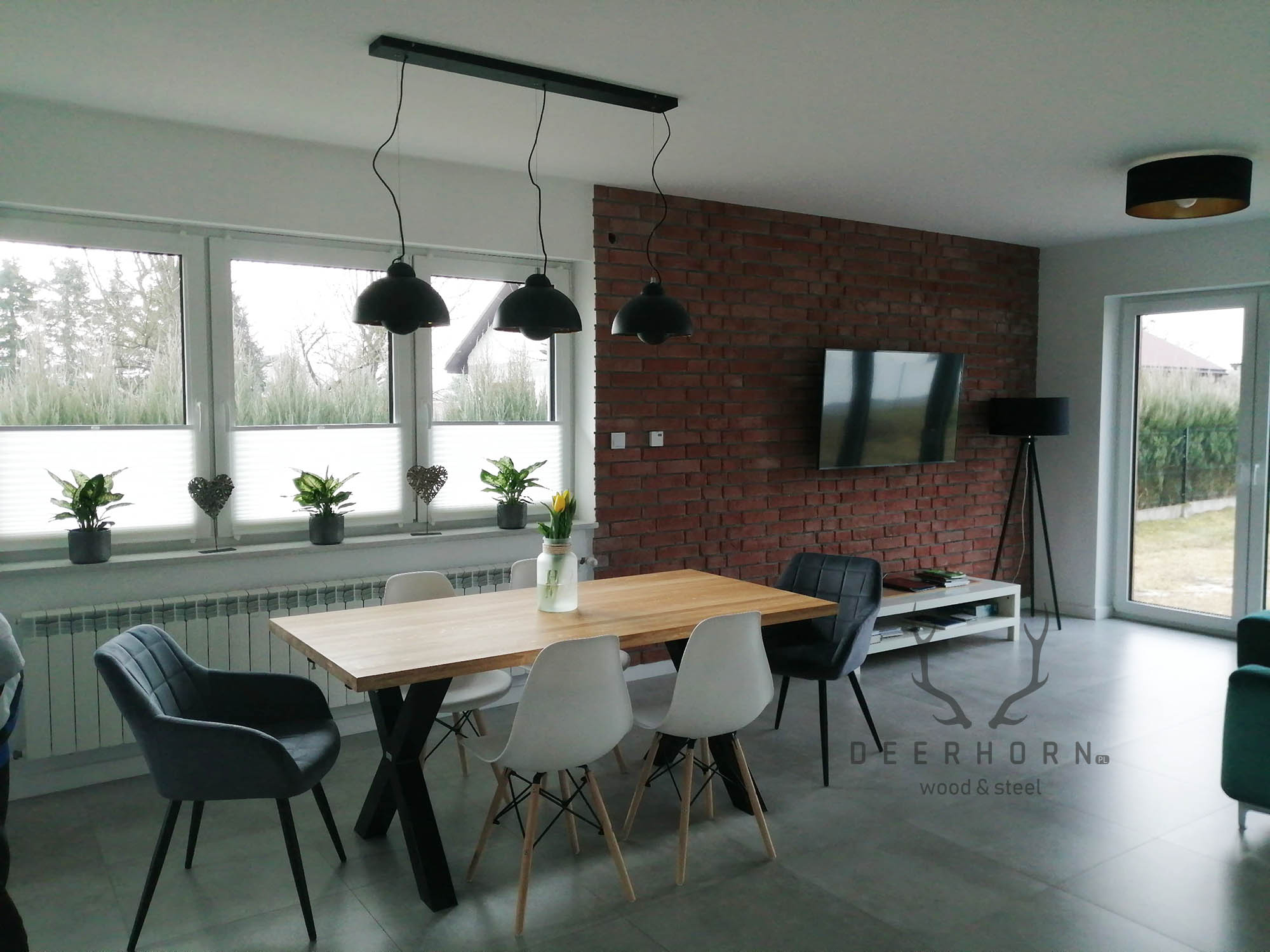 nowoczesny stół z drewnianym blatem