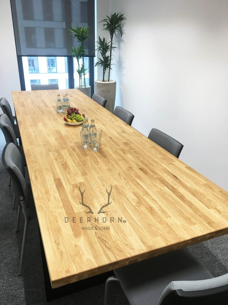 stół konferencyjny zdrewnianym blatem