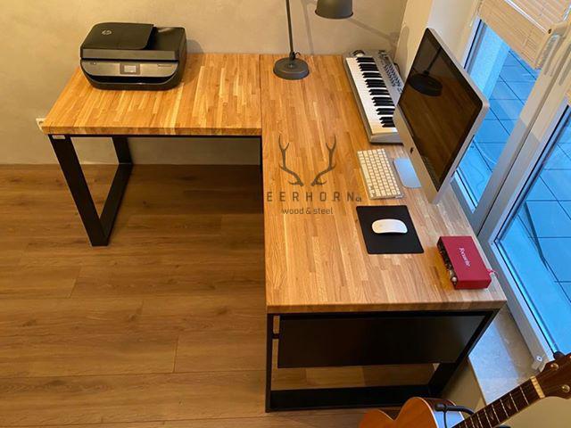 biurko zdrewnianym blatem