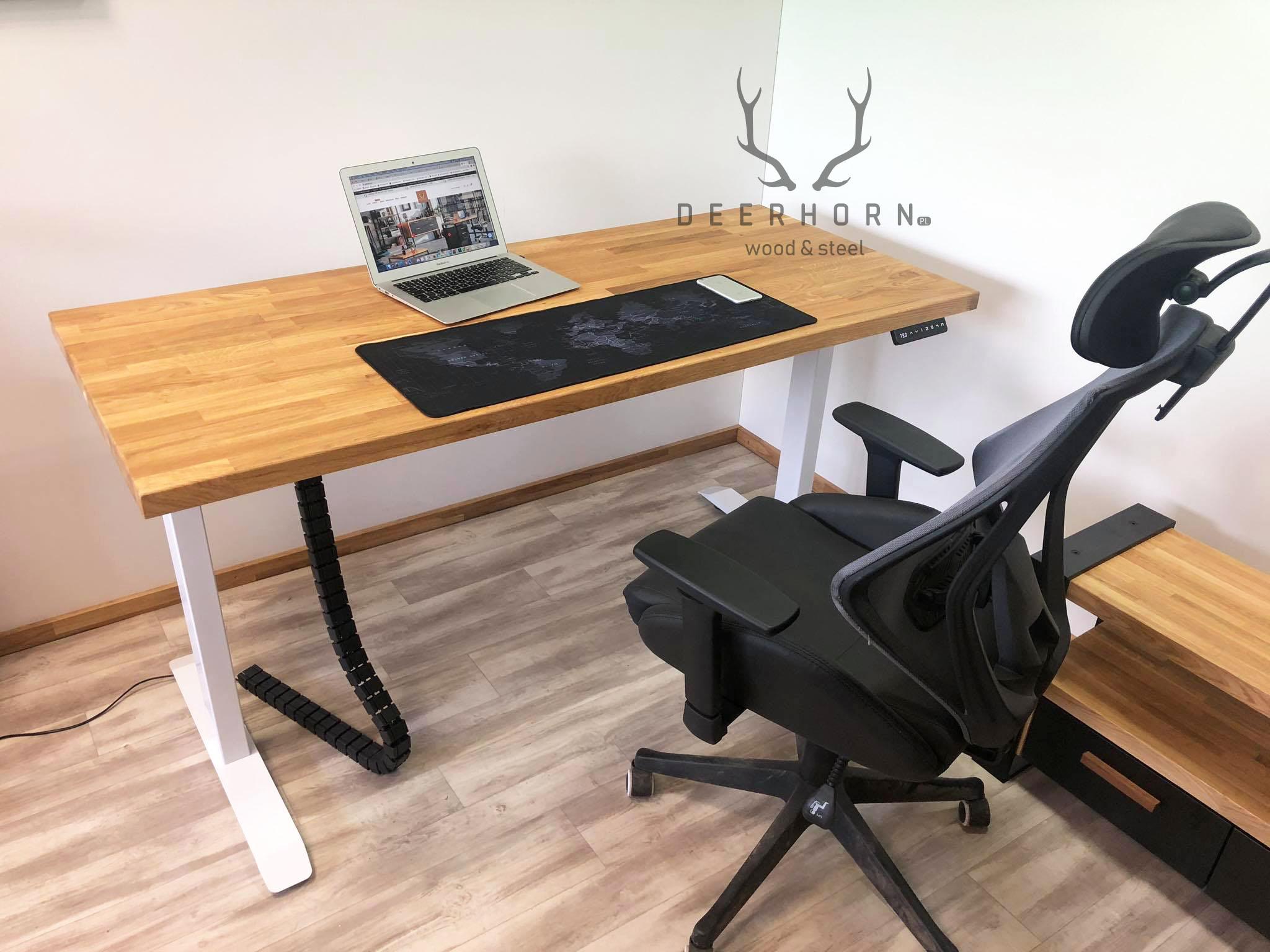 Białe biurko z regulacją wysokości i drewnianym blatem 12x12cm