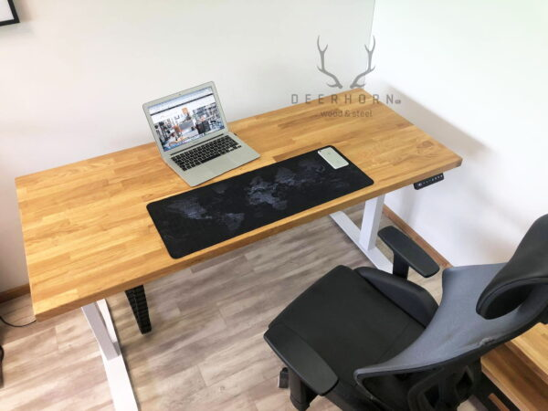 biurko z drewnianym blatem regulacja