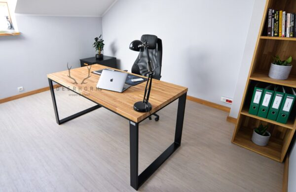 biurko z drewnianym blatem