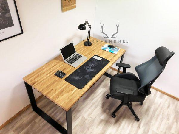 loftowe biurko z drewnianym blatem