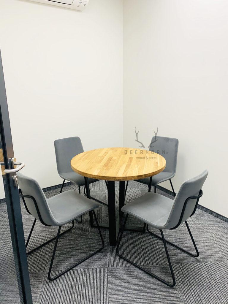 okrągły stolik zdrewnianym blatem