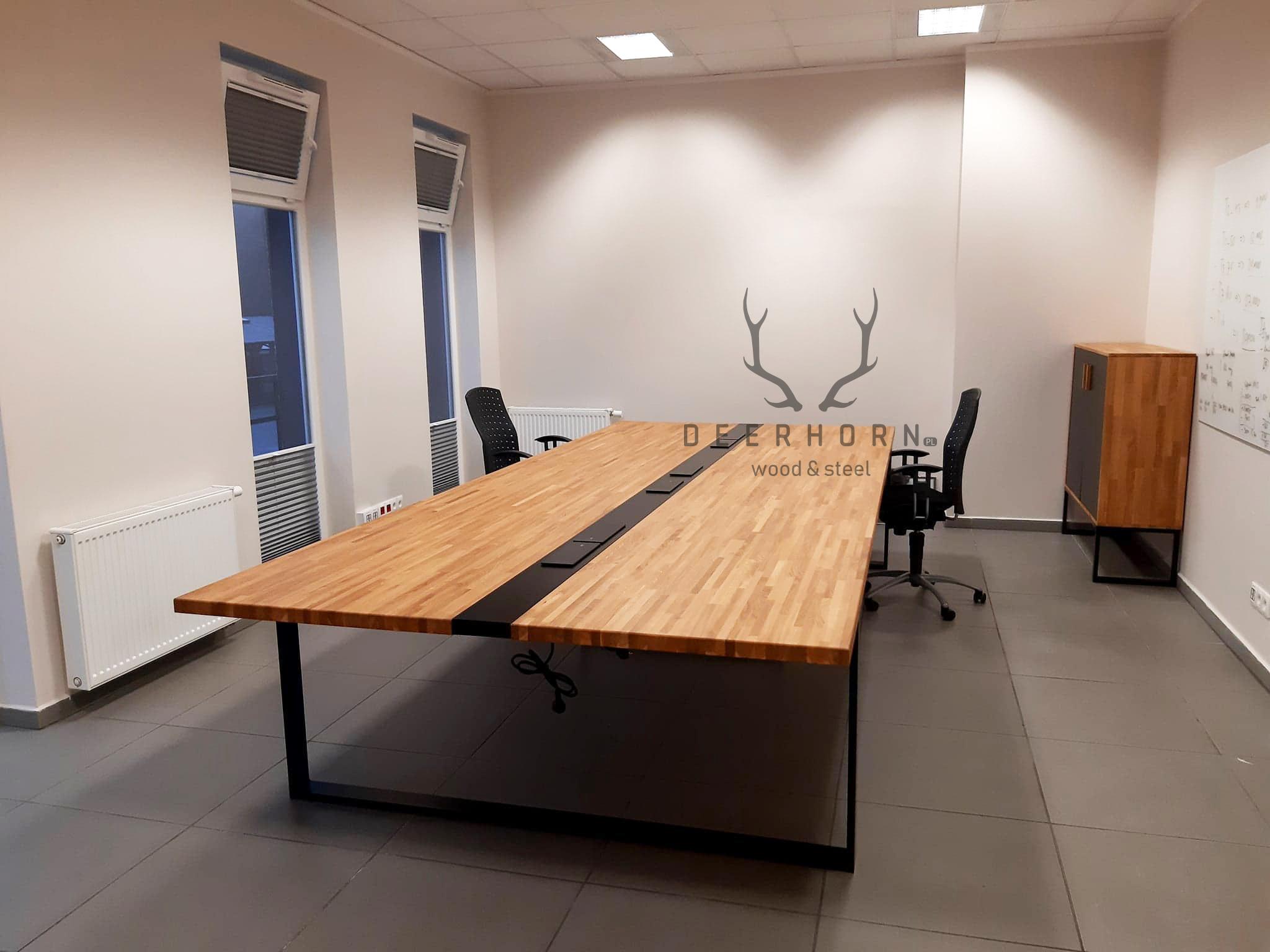stół konferencyjny z drewnianym blatem