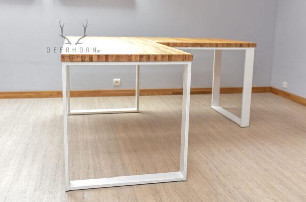 białe biurko na metalowych nogach