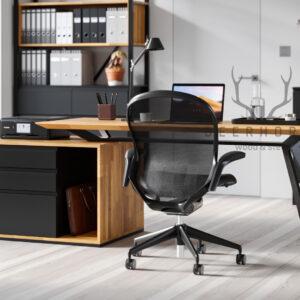 biurko zeskośnymi nogami