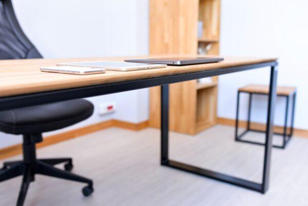 biurko z płaskim dachem