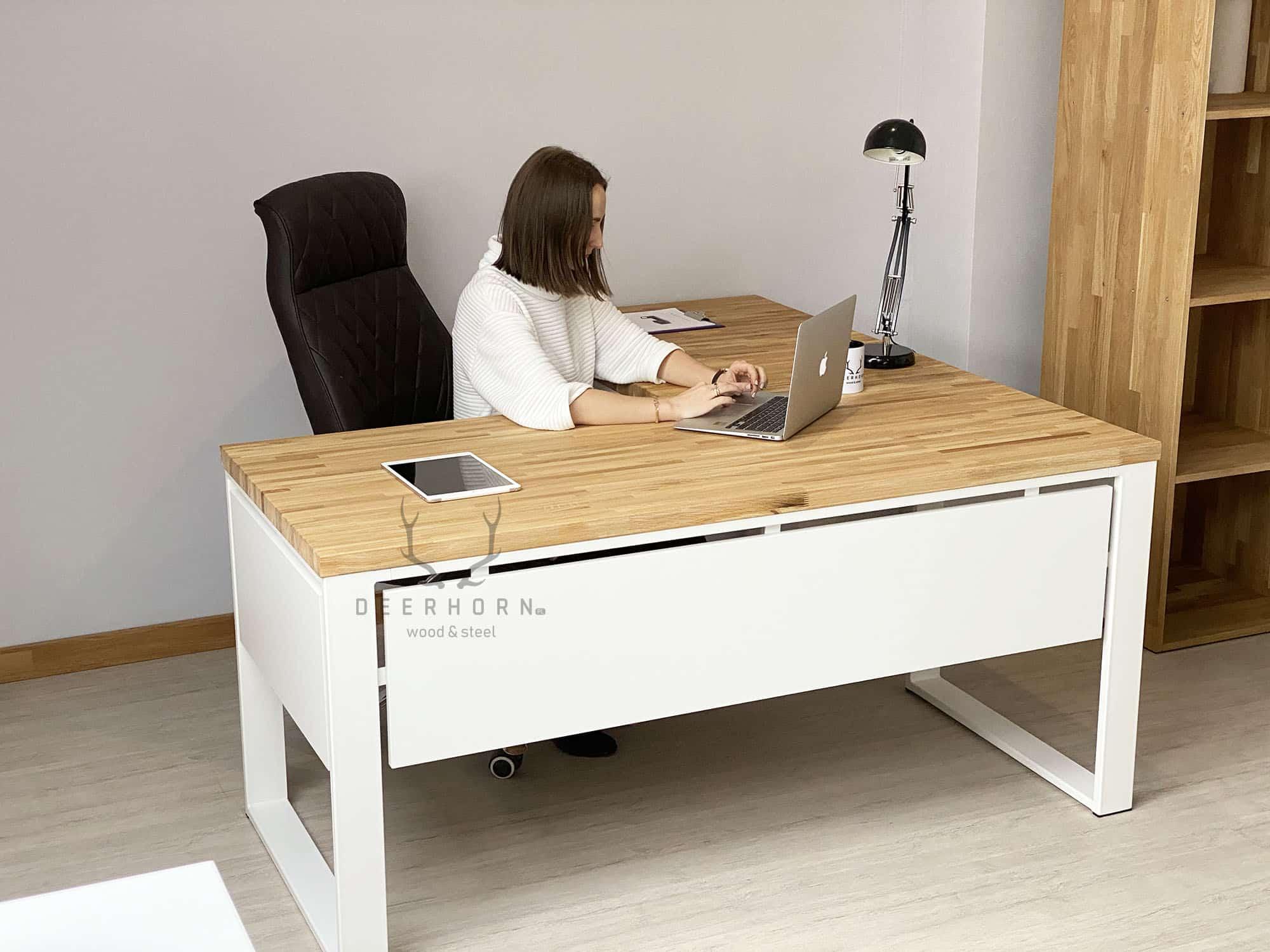 Białe, kobiece biurko z drewnianym blatem
