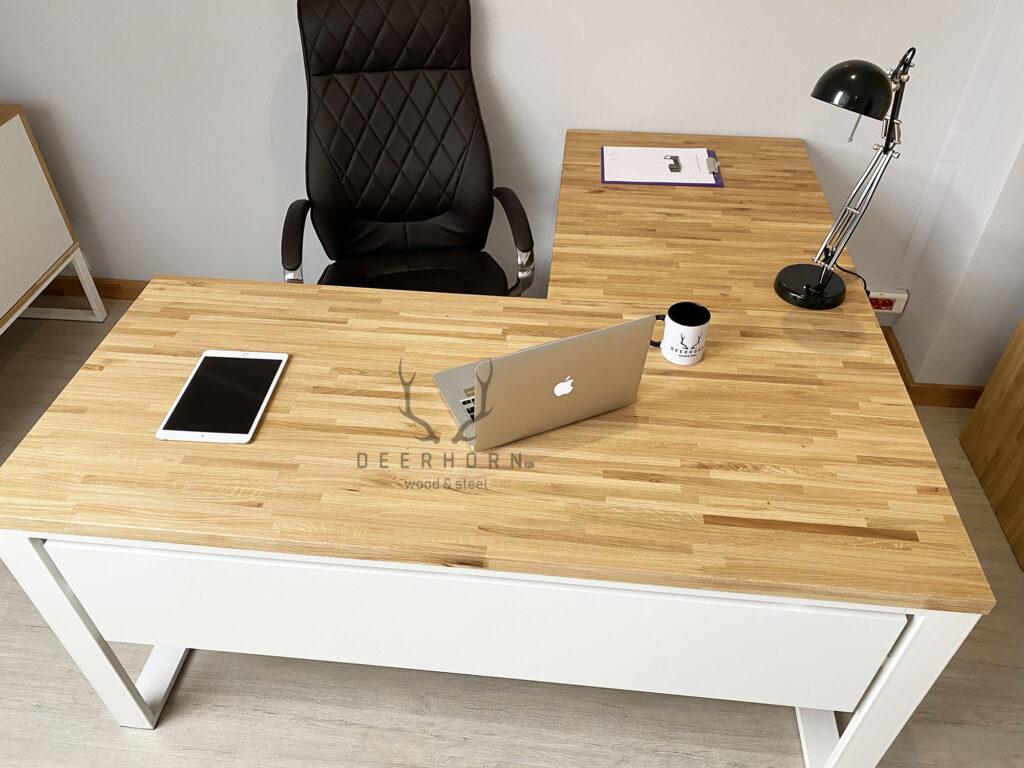 damskie biurko zdrewnianym blatem