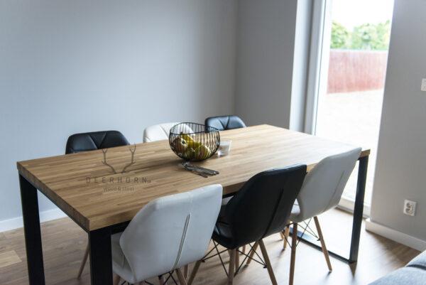 stół z frewna i metalu