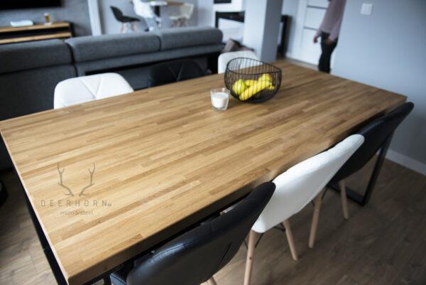 stoł industrialny z drewnianym blatem