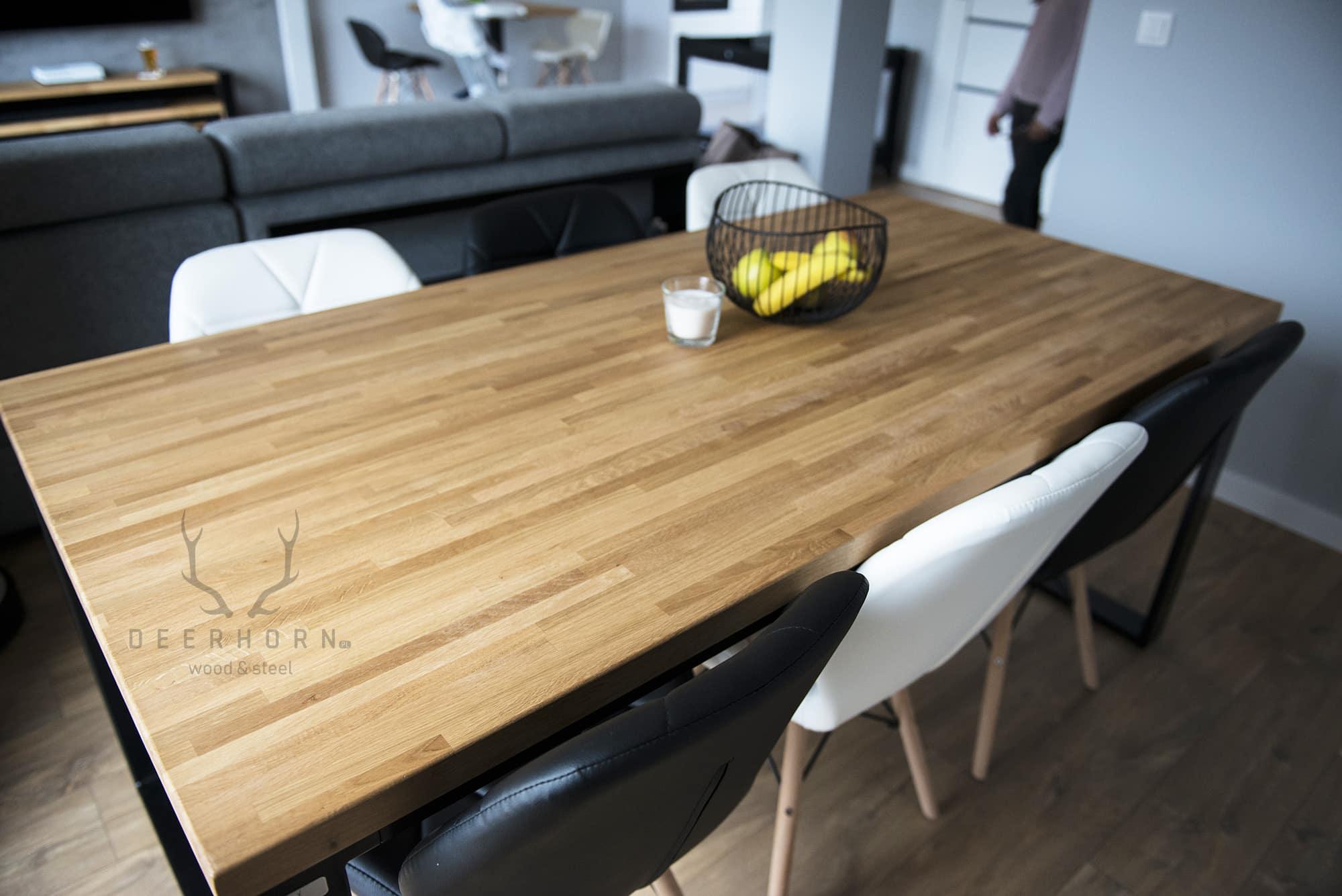 stoł industrialny zdrewnianym blatem