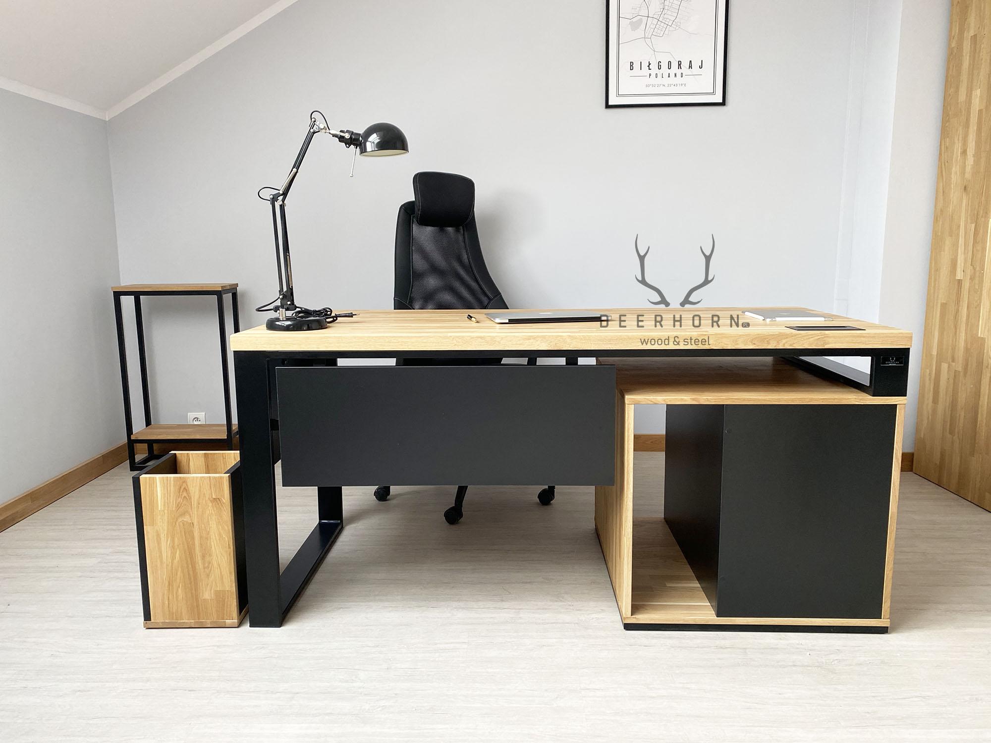 biurko z drewnianym blatem dogabinetu