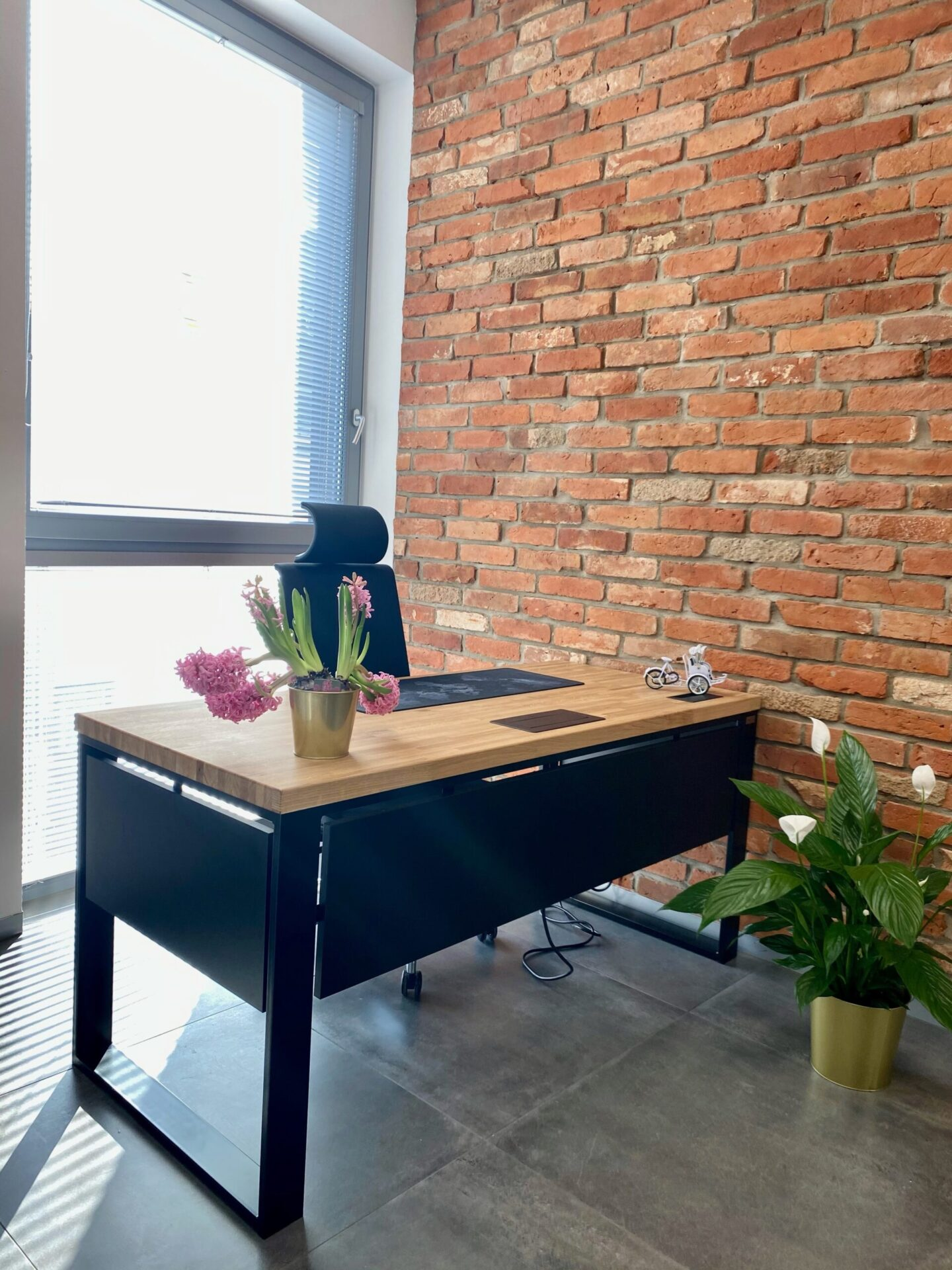 biurko z otworami na kable