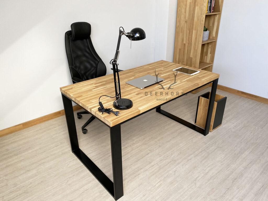biurko zdrewnianym batem
