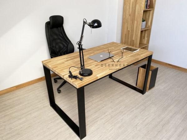 biurko z drewnianym batem