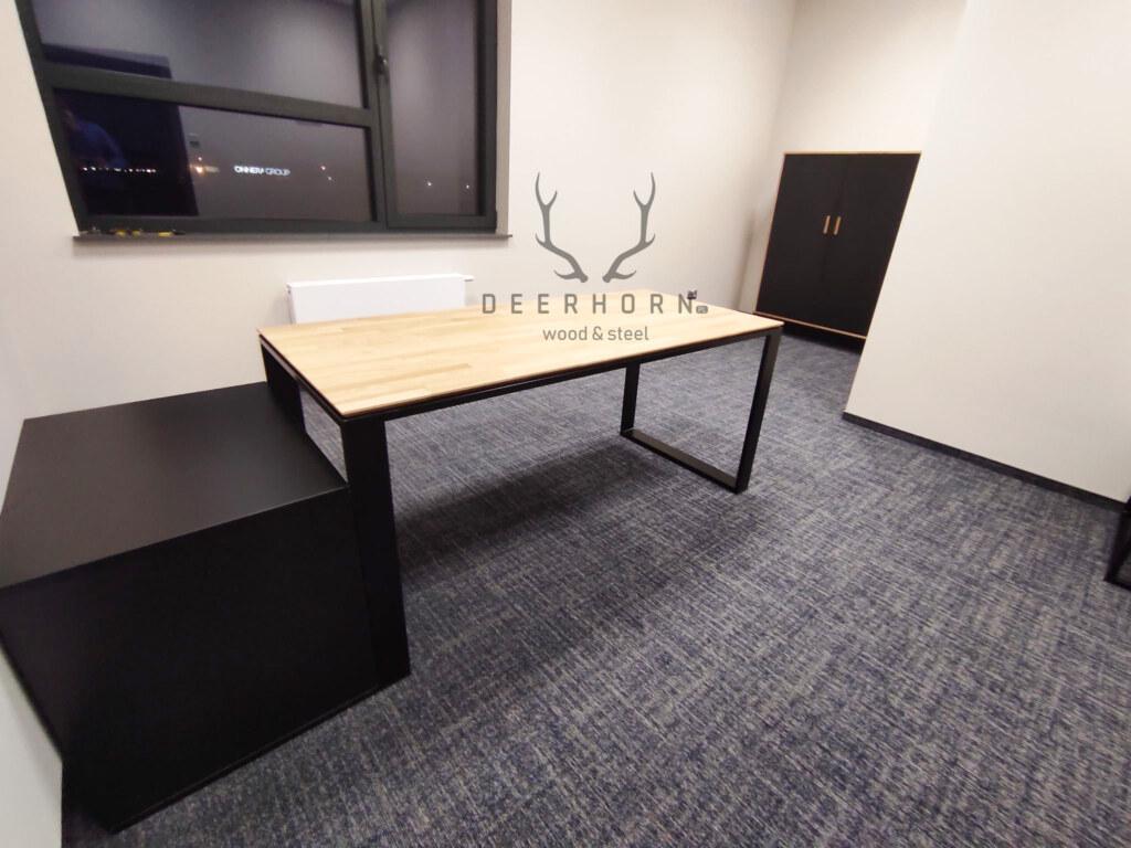 biurko z płaskim blatem