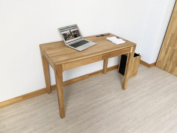 biurko z drewna z szufladami
