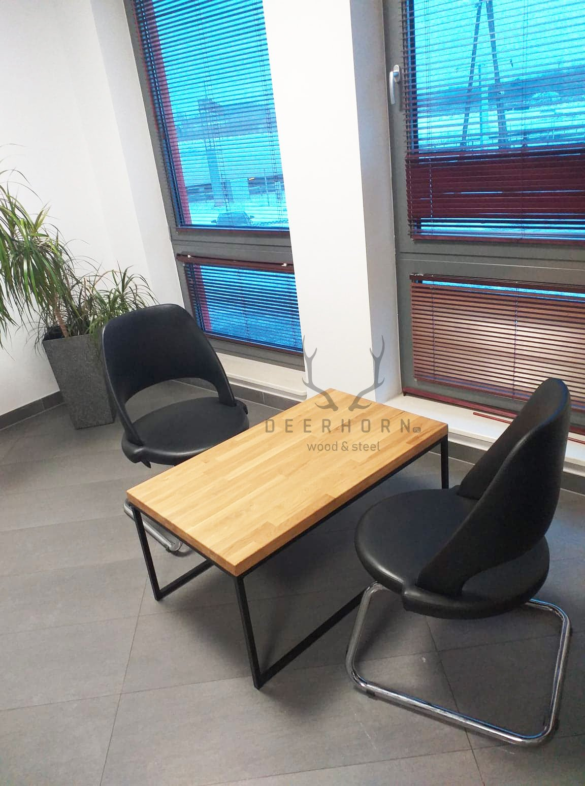 Stolik kawowy z drewnianym blatem do biura