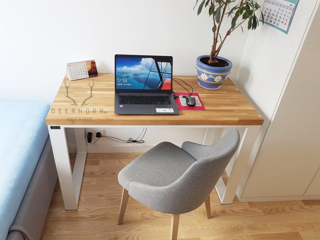 białe biurko z drewna i metalu
