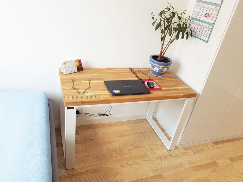 białe biurko zdrewnianym blatem