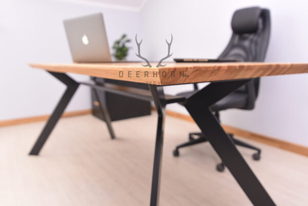 biurko na ukośnych nogach