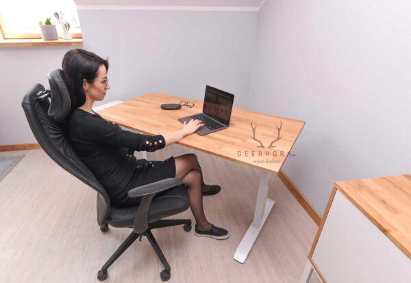 białe kobiece biurko